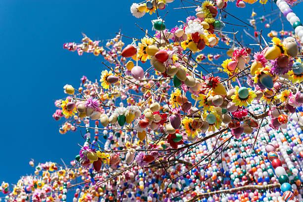 albero colorato uovo di pasqua - buona pasqua in tedesco foto e immagini stock
