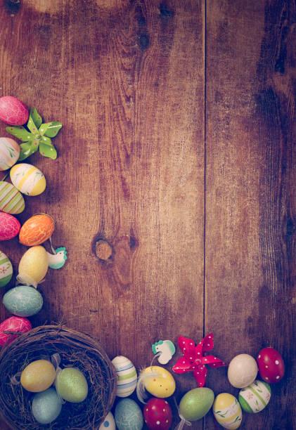 colorato uova di pasqua e sfondo di coniglietto di pasqua - buona pasqua in tedesco foto e immagini stock