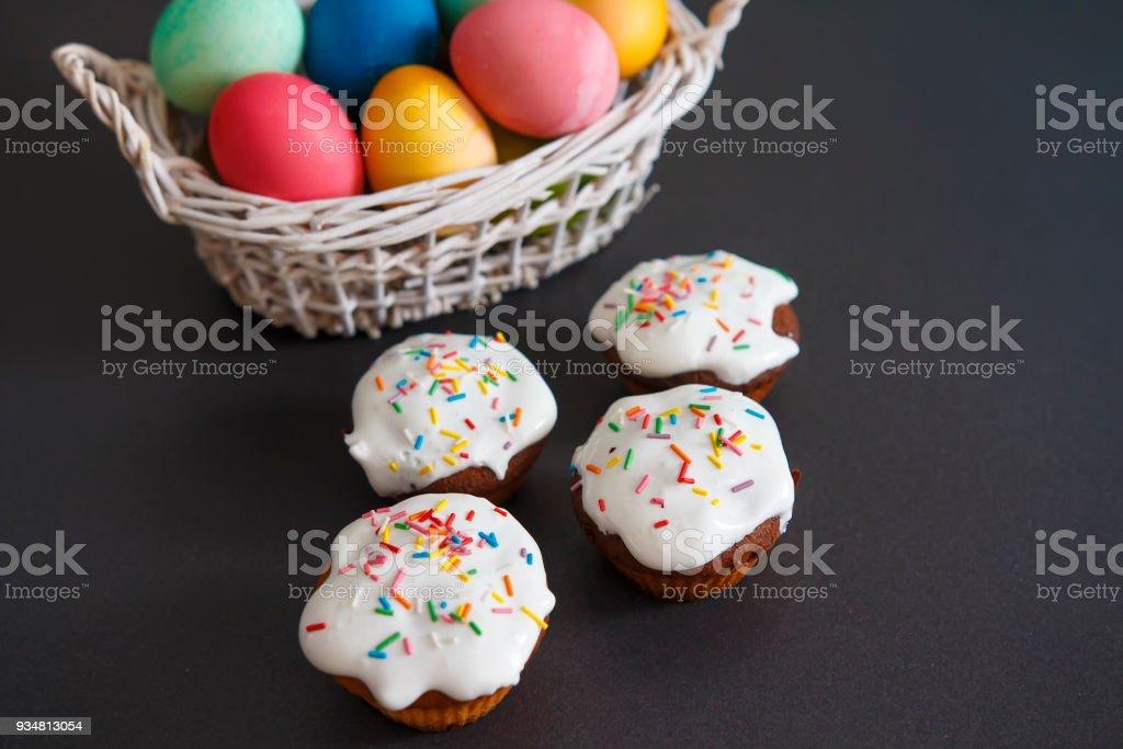 다채로운 부활절 달걀에 바구니와 달콤한 머핀 컵 케이크입니다. 부활절 배경입니다. 봄 종교적인 휴일 부활절 개념 - 로열티 프리 0명 스톡 사진