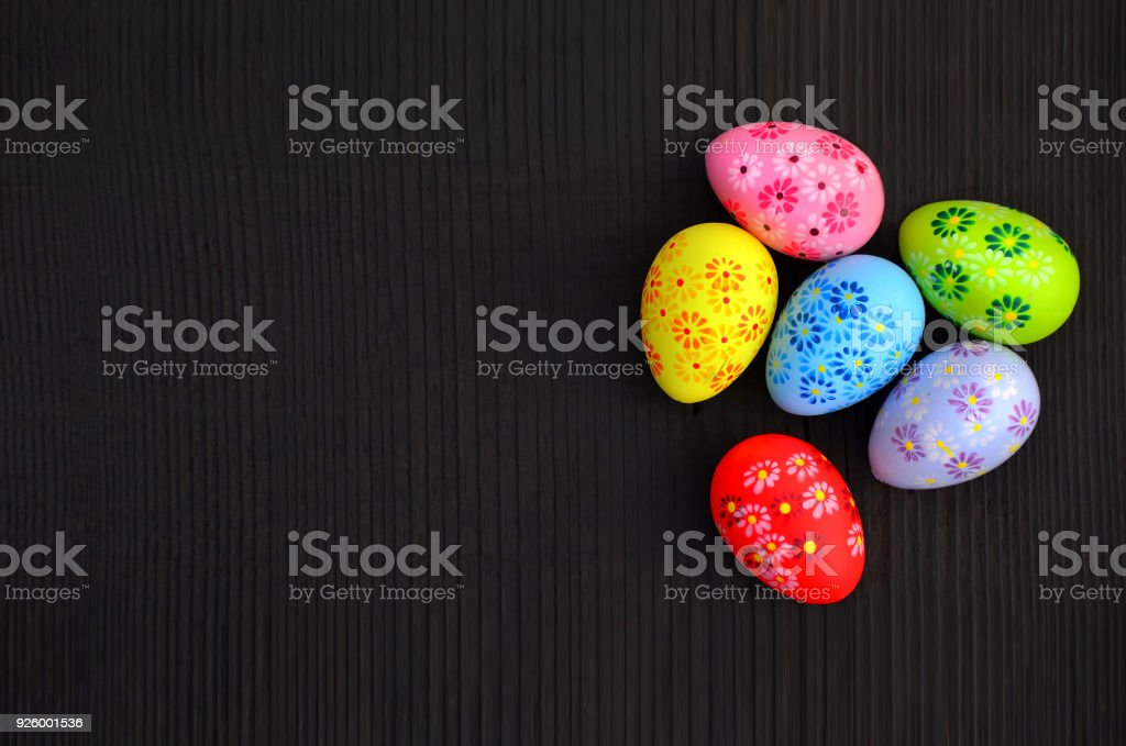 Bunte Ostern Eier auf einem hölzernen Hintergrund – Foto