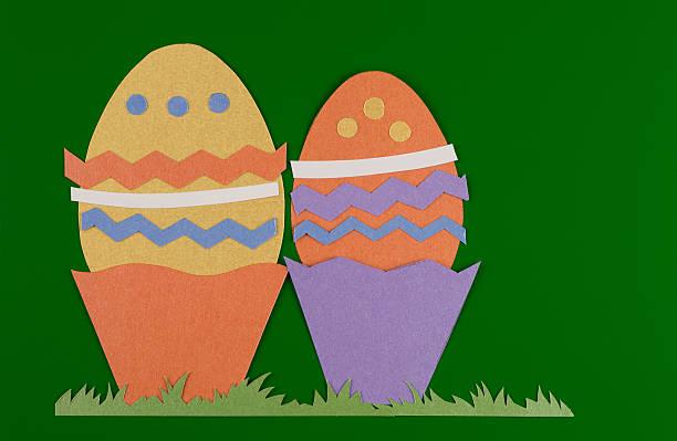 Colorate uova di Pasqua con erba - foto stock