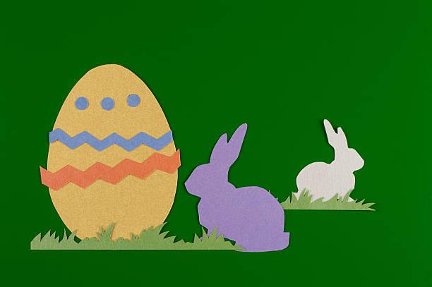 Colorate uova con erba e coniglio - foto stock