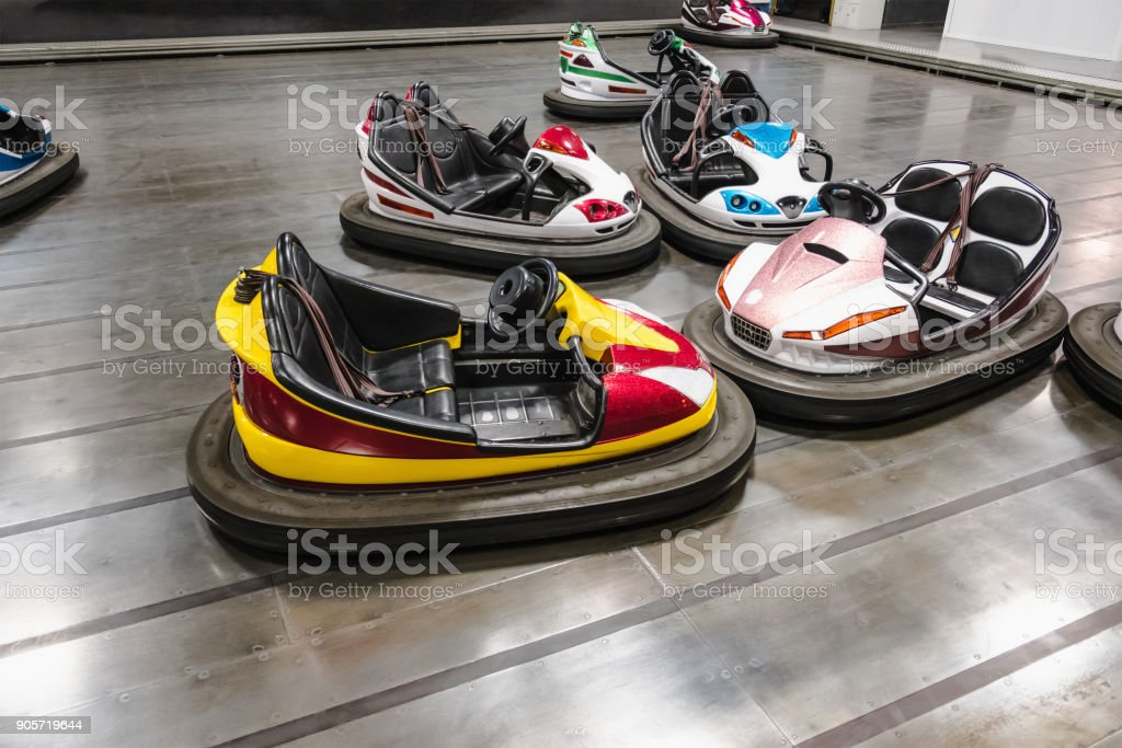 Buntes elektrische Autoscooter im Autodrom im Freizeitpark. – Foto