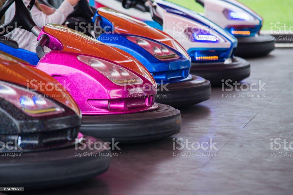 Buntes elektrische Autoscooter im Autodrom in die Fahrgeschäfte im Freizeitpark – Foto