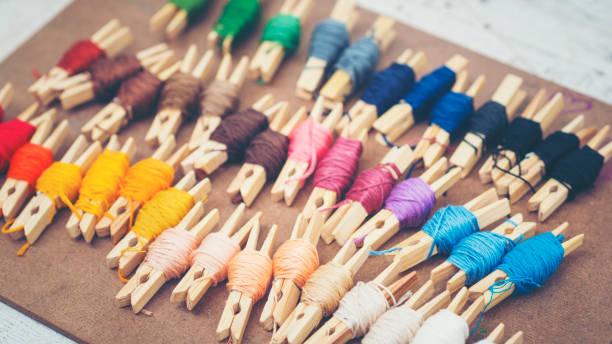 farbenfrohe stickgarn - maschinenstickerei stock-fotos und bilder