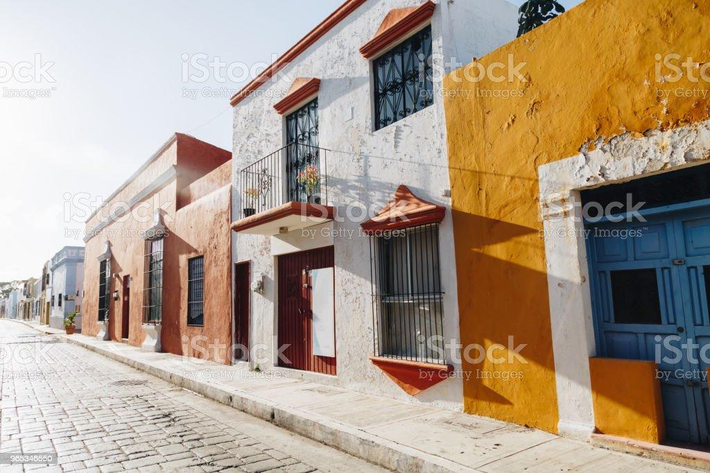 Colorful colonial vide rue dans le centre historique de Campeche. - Photo de Amérique latine libre de droits