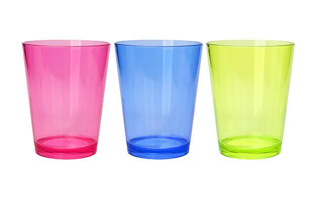 bunte leere plastikbecher - farbiges glas stock-fotos und bilder