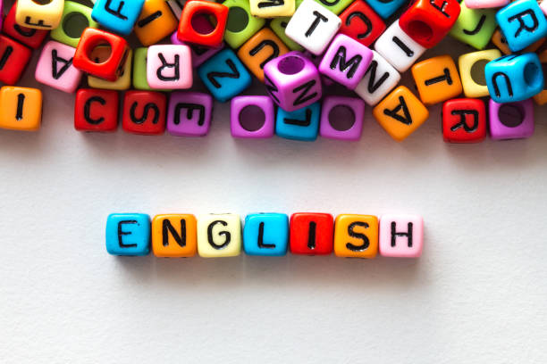 cube coloré mot anglais sur fond de papier blanc - langue anglaise photos et images de collection