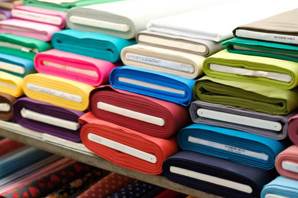 bunten Stoff rollt auf Textil-Markt- – Foto