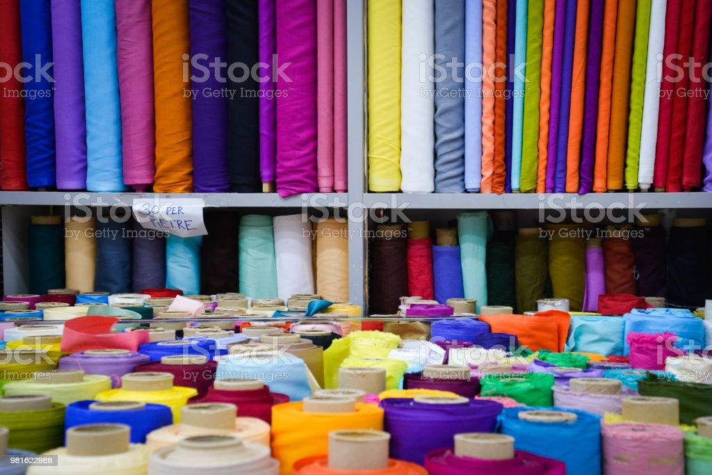 têxtil tecidos coloridos rola projeto de alfaiate da loja - foto de acervo