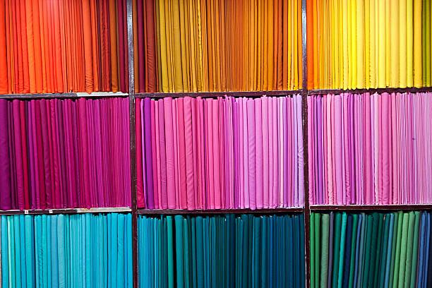 farbenfrohe stoffe - stoffregal stock-fotos und bilder