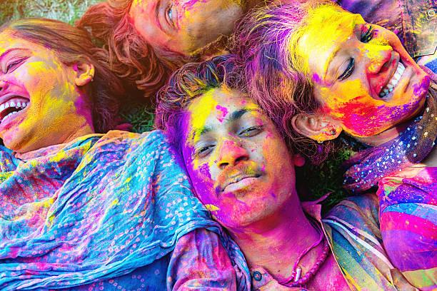 bunte gesichter holi festival feiern in indien freunden festival der farben - indische gesichtsfarben stock-fotos und bilder