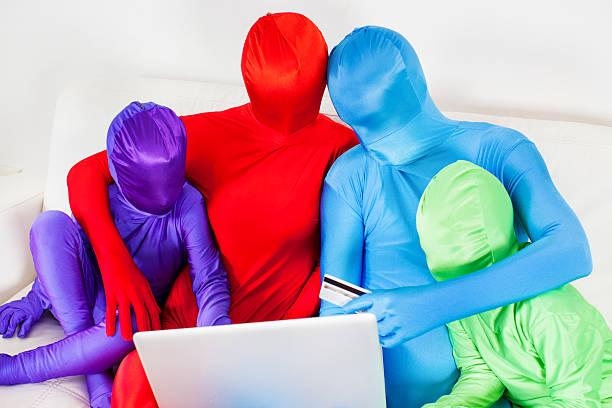 bunte familie, online-shopping zu hause fühlen. - morphsuit stock-fotos und bilder