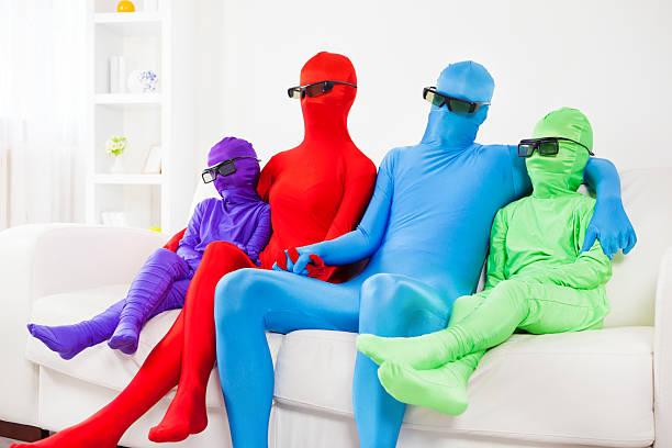 bunte familie watching tv mit 3d brille - morphsuit stock-fotos und bilder