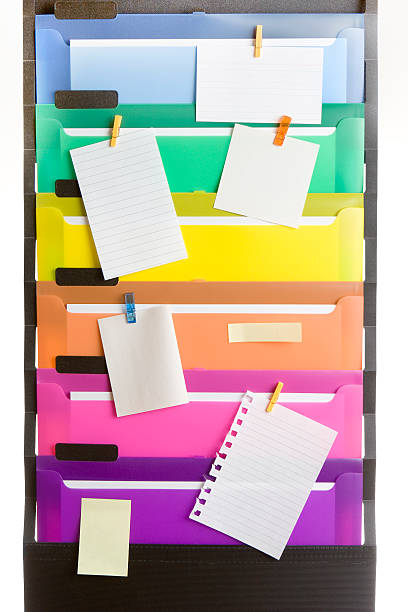 bunte datei ordner mit leeren notizen - briefhalter stock-fotos und bilder