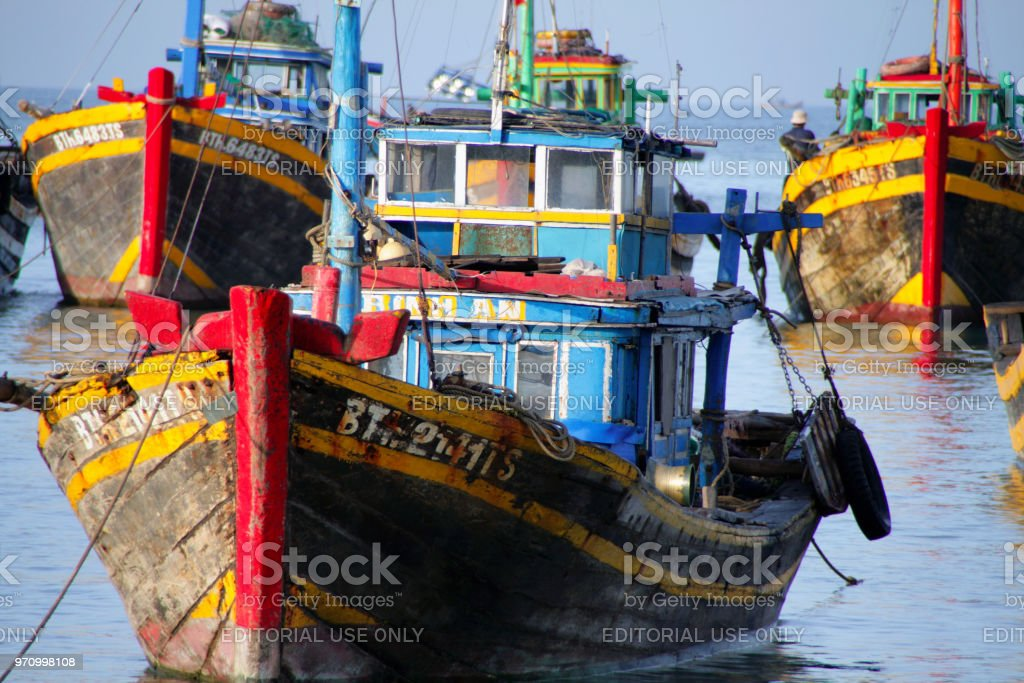 Kleurrijke vissersboten in de baai van Mui Ne, Vietnam foto