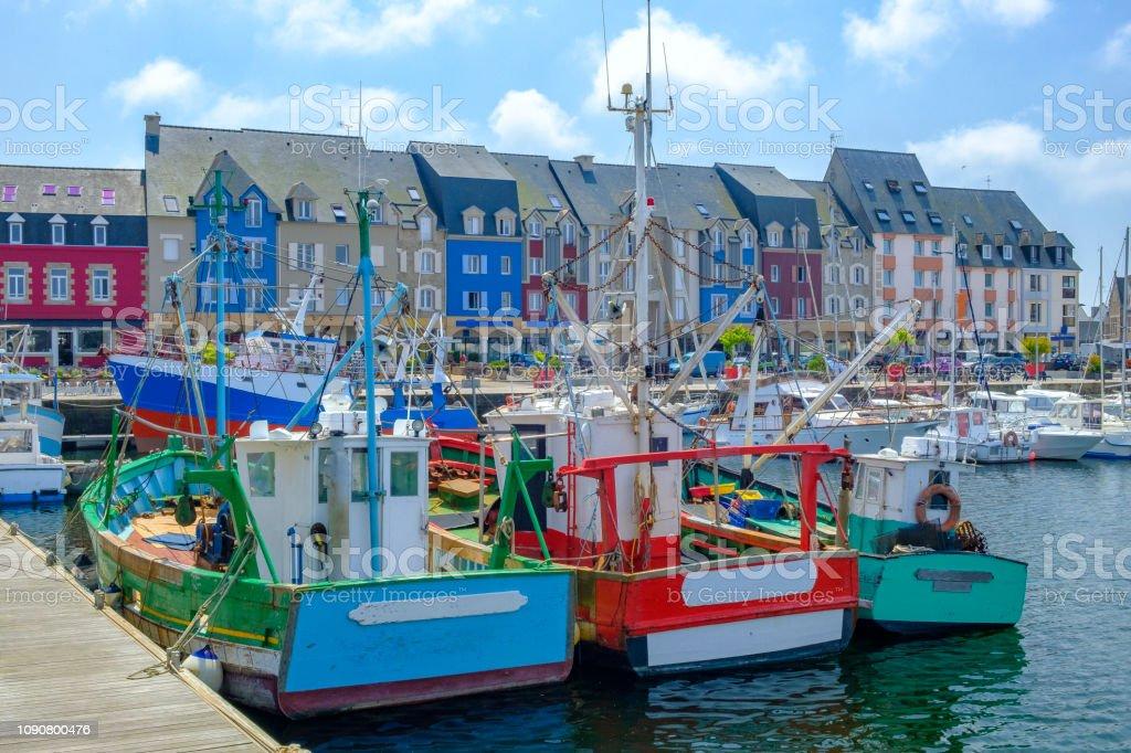 Kleurrijke vissersboten in de haven van Paimpol in Bretagne, Frankrijk tijdens de zomer foto