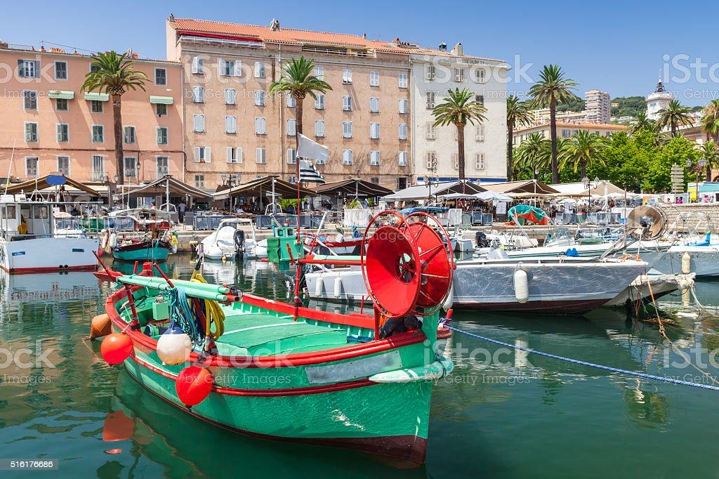 Colorido los Barcos amarrados en puerto antiguo - foto de stock