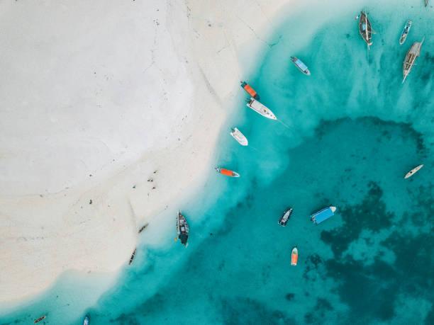 Farbige Fischerboote am Strand von Sansibar – Foto