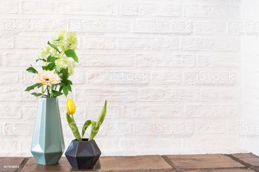 Bunte Blumen in Keramik-Vase mit gelbe Tulpe April Dekoration – Foto