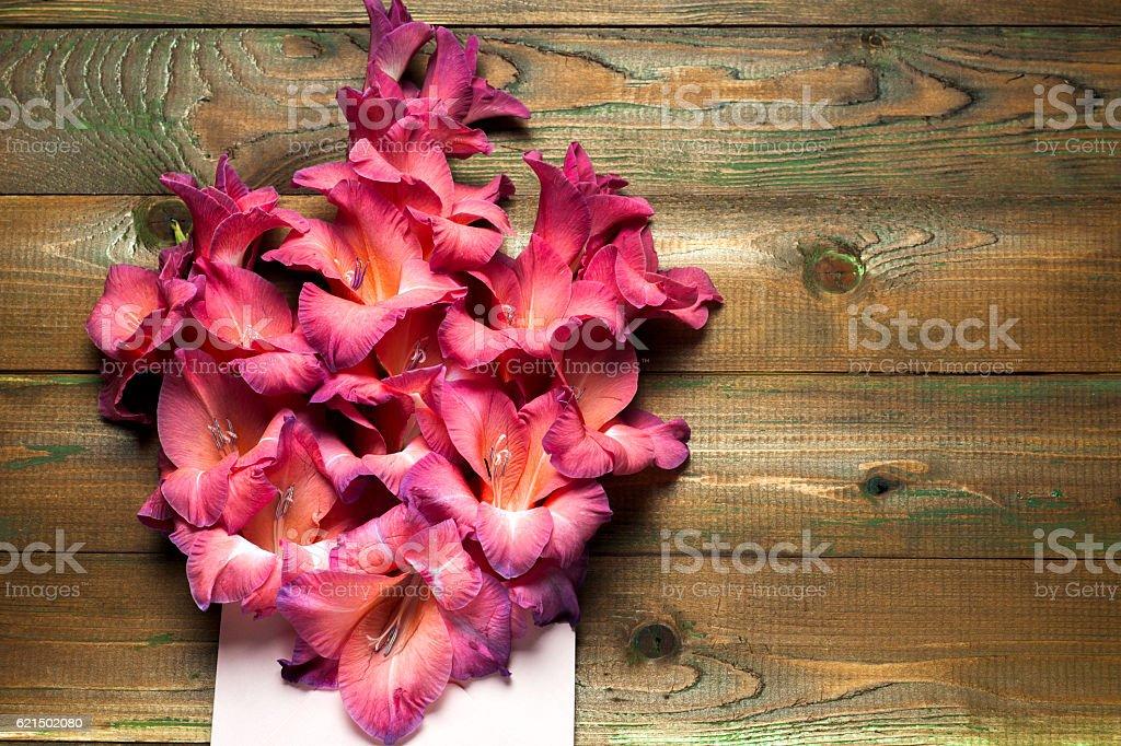 Bunte Blumen im Umschlag und Blumen Lieferung Technologie. gratulieren Lizenzfreies stock-foto