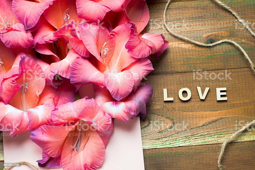 Fleurs colorées dans une enveloppe, la livraison de fleurs projet féliciter photo libre de droits