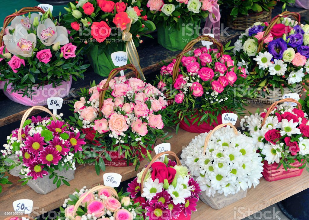 Colorful flowers in the street market foto stock royalty-free