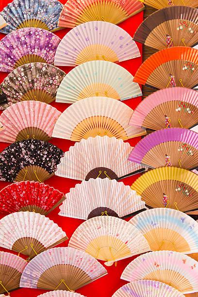 bunte folding fan auf die - japanischer fächer stock-fotos und bilder