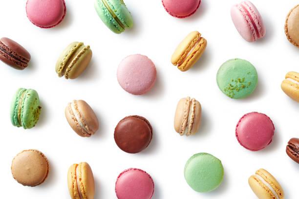 macarons franceses coloridos sobre fundo branco - macaroon - fotografias e filmes do acervo