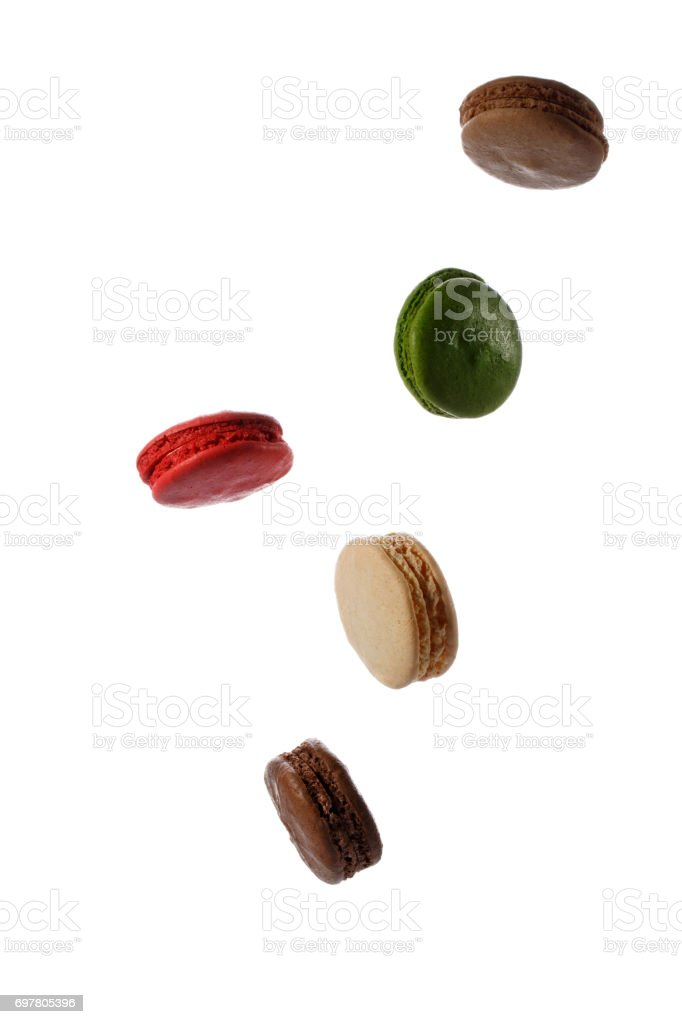 Biscoitos coloridos macaroon francês em movimento caindo ou voando isolado no fundo branco. Doces de graça. - foto de acervo