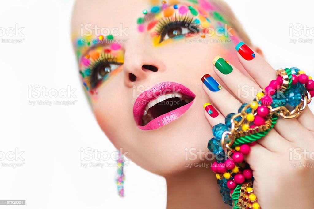 Colorida manicure francesa e maquiagem. - foto de acervo