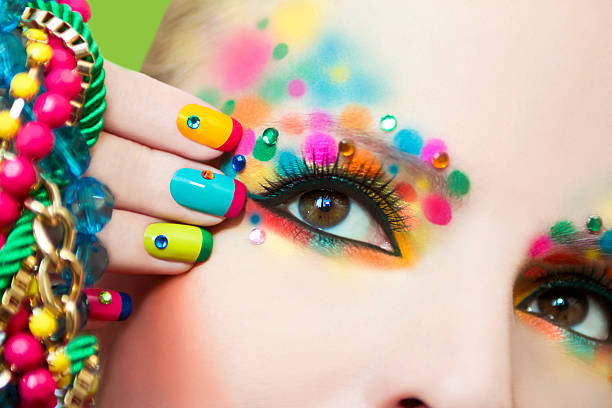 bunte französische maniküre und make-up. - nageldesign trend stock-fotos und bilder