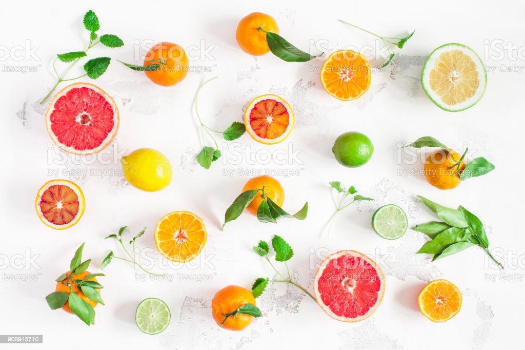 Fruits frais colorés sur renseignements blanc. Vue plate Lapointe, top - Photo