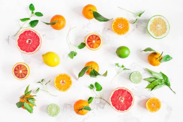 Frutas coloridas en fundamento blanco. Vista plana endecha, superior - foto de stock