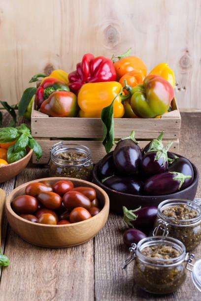 Bunte frische Bio-Landwirt Gemüse auf ländlichen Holztisch – Foto