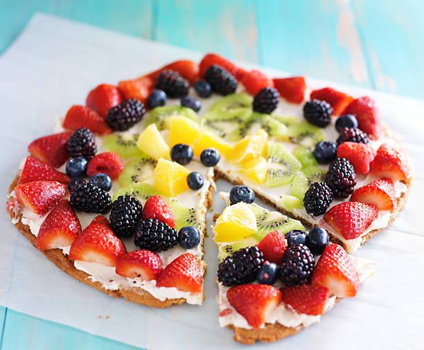 bunte obst-pizza - frucht pizza cookies stock-fotos und bilder