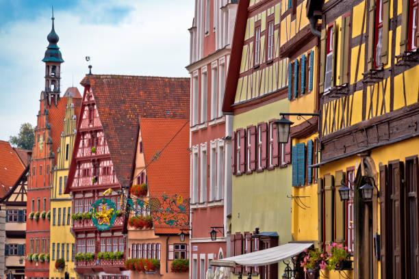 kleurrijke duitse gevels van de historische stad dinkelsbuhl - rothenburg stockfoto's en -beelden