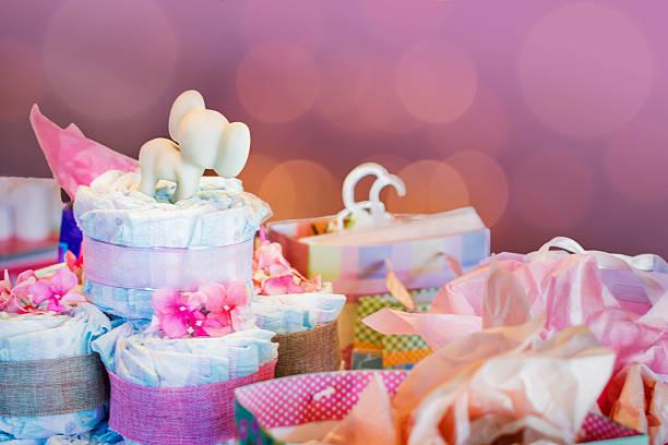 bunte geschenk-taschen und baby windeln - windel partys stock-fotos und bilder