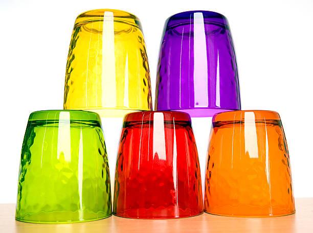 bunte glasschüsseln auf einem weißen hintergrund. - farbiges glas stock-fotos und bilder