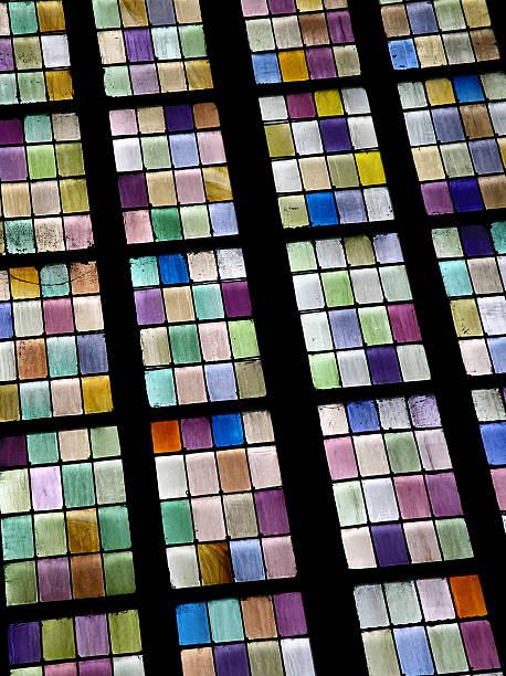 Bunte Glas Scheiben in einer Kirche – Foto