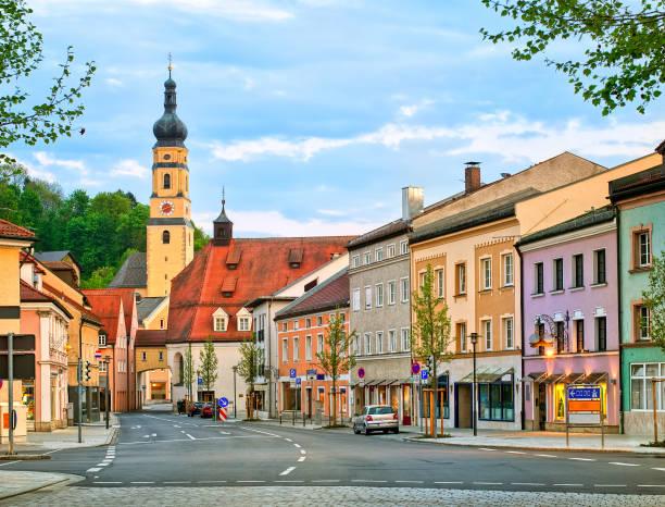 färgglada gotiska hus i en tysk stad, tyskland - bayerischer wald bildbanksfoton och bilder