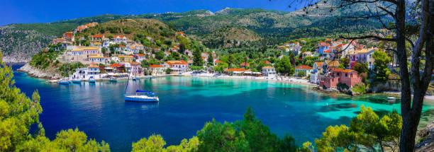 färgglada grekland-serien - färgglada assos med vackra bay. kefalonia island - grekiska övärlden bildbanksfoton och bilder