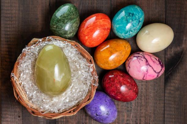 Eine bunte Gruppe von Marmoreier-Eiern – Foto