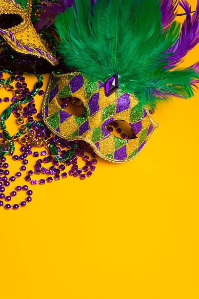 colorido grupo de mardi gras e máscara veneziana no amarelo - mardi gras - fotografias e filmes do acervo