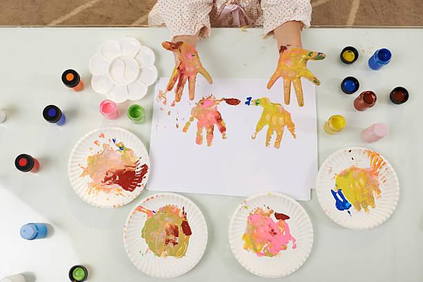 bunte handprints - handbemalte teller stock-fotos und bilder