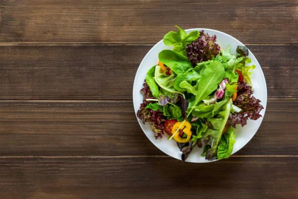 Bunte gesunde frische Mischung Gemüsesalat in Runde weiße Schale – Foto