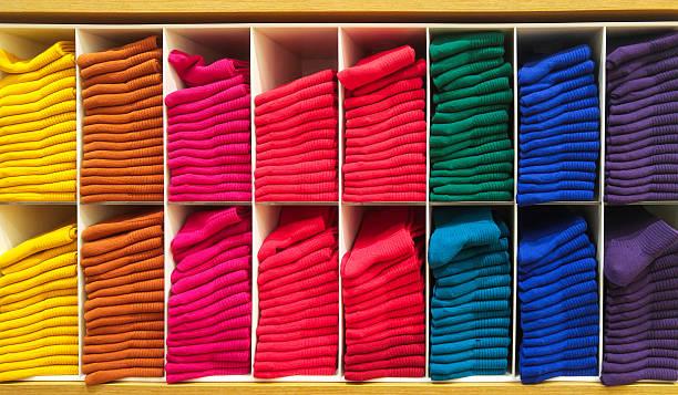 farbenfrohe horizontale verschiedenen flauschige handtücher auf holz regal baden - stoffregal stock-fotos und bilder