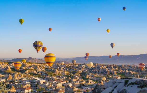 다채로운 뜨거운 공기 풍선 비행 바위 풍경 카파도키아 터키에서 - 아나톨리아 뉴스 사진 이미지