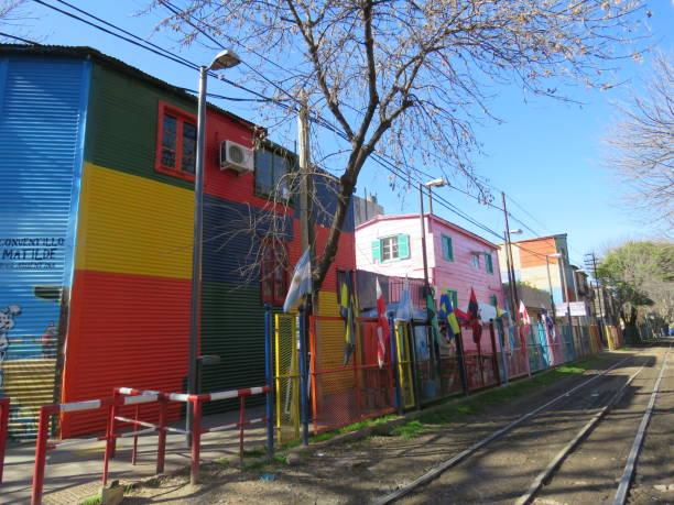 Casas de colores y trainracks en La Boca - Buenos Aires / Argentina - foto de stock