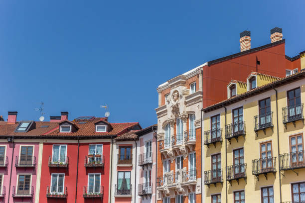 coloridas casas en la plaza de la plaza mayor de burgos, españa - burgos fotografías e imágenes de stock